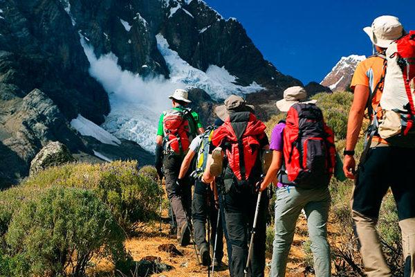 ¿Por qué debes usar bastones al hacer trekking o caminata?