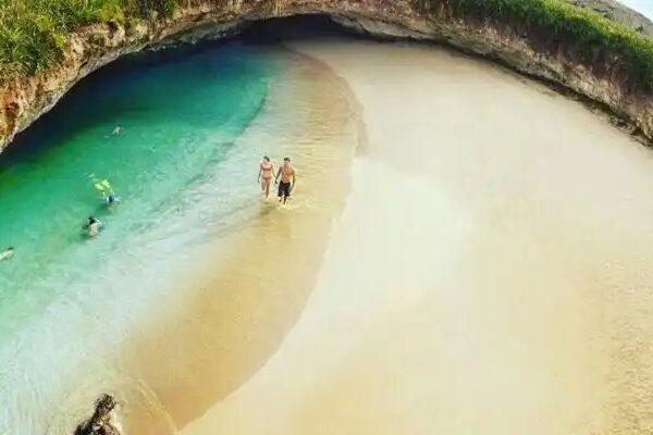 La Playa Escondida o playa del Amor en las Islas Marietas